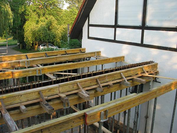 Stützen und Verschalungen, Anbau an ein Fachwerkhaus